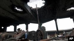 리비아 수도 트리폴리에서 나토의 공격으로 파괴된 건물을 한 남성이 살펴보고 있다.