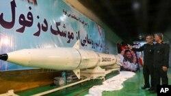 """Ali Hajizadeh, chef de la division aérospatiale des Gardiens de la Révolution, à gauche, présente le missile balistique """"Dezful"""" au commandant de la force Mohammad Ali Jafari dans un lieu tenu secret, en Iran, le jeudi 7 février 2019. (Sepahnew)"""