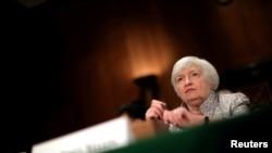 លោកស្រី Janet Yellen ប្រធានធនាគារកណ្តាលរបស់សហរដ្ឋអាមេរិក (Federal Reserve) ផ្តល់សក្ខីកម្មនៅក្នុងវិមានសភា Capitol Hill ក្នុងរដ្ឋធានីវ៉ាស៊ីនតោន កាលពីថ្ងៃទី១៣ ខែកក្កដា ឆ្នាំ២០១៧។