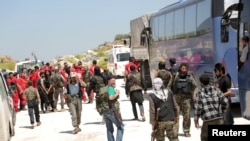 Các chiến binh 'Quân đội của Fatah' và các thành viên của hội Trăng lưỡi liềm đỏ Ả Rập ở Syria chuẩn bị tiến vào hai thị trấn bị vây hãm để sơ tán cư dân.