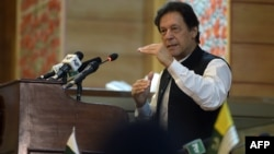 وزیرِ اعظم عمران خان نے کہا ہے کہ ان کی کوشش ہو گی کہ نواز شریف کو وطن واپس لایا جائے اور وہ انہیں وی آئی پی نہیں بلکہ عام جیل میں رکھا جائے۔ (فائل فوٹو)