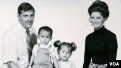 Cựu giới chức CIA, Jim Parker, cùng vợ và hai người con nuôi Việt Nam