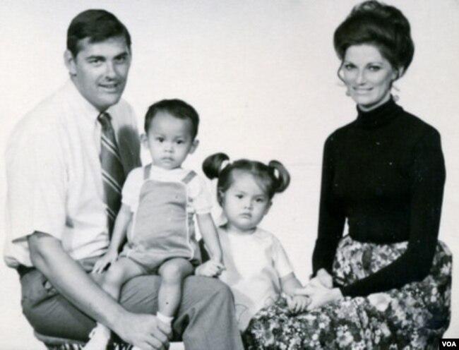 Vợ chồng ông Jim Parker và hai người con nuôi Việt Nam