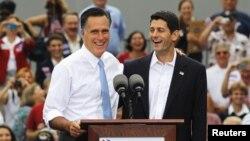 Ứng cử viên tổng thống của Đảng Cộng hòa ở Mỹ, ông Mitt Romney giới thiệu Dân biểu Paul Ryan của tiểu bang Wisconsin sẽ là ứng viên phó tổng thống trong liên danh của ông trong cuộc vận động tại Norfolk, Virginia, ngày 11/8/2012.