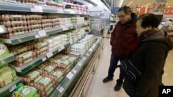 韩国首尔居民在超市购买鸡蛋 (资料照片)