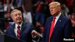 រូបឯកសារ៖ លោក Lindsey Graham (ឆ្វេង) សមាជិកព្រឹទ្ធសភាខាងគណបក្សសាធារណរដ្ឋតំណាងឲ្យរដ្ឋ South Carolina ថ្លែងក្នុងអំឡុងយុទ្ធនាការរកសំឡេងឆ្នោតរបស់លោក Trump នៅរដ្ឋ North Carolina ថ្ងៃទី២ ខែមីនា ឆ្នាំ២០២០។