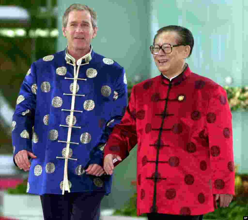 2001年10月21日,在APEC上海峰会期间,美国总统布什和中国主席江泽民身穿丝绸服装去参加一次非正式会议