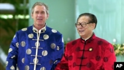 2001年10月21日,在APEC上海峰会期间,美国总统布什和中国主席江泽民身穿丝绸服装去参加一次非正式会议。