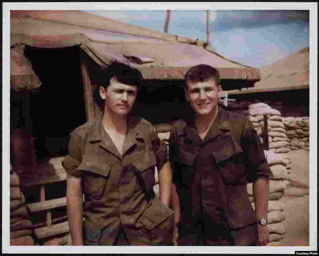 """Гейґел служив у В'єтнамі у 1967-68 роках. Має дві нагороди """"Пурпурне серце""""."""
