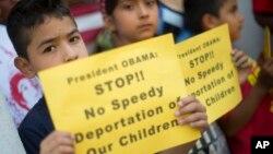El 32 por ciento de los estadounidenses sí están de acuerdo con deportar de manera inmediata a los menores que cruzan la frontera.