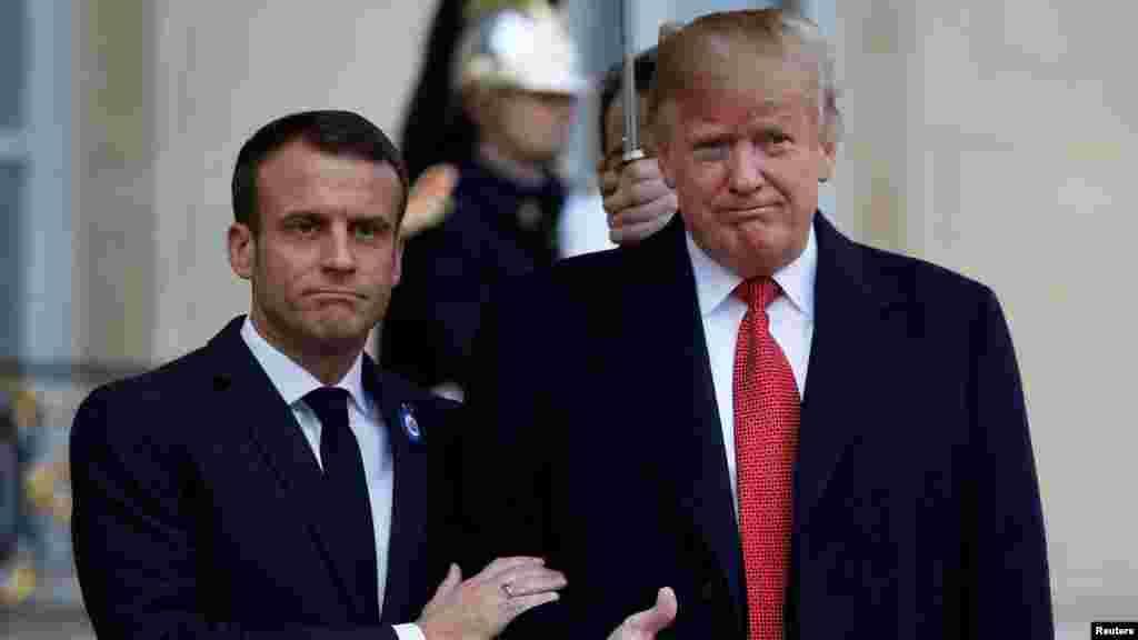 فرانسیی صدر میکرون اور صدر ڈونلڈ ٹرمپ کی ملاقات، گرمجوشی کا ایک انداز
