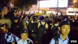 香港民陣集會要求釋放劉曉波,被大批警員包圍(美國之音香港特約記者湯惠芸)