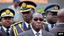 """Tổng thống Robert Mugabe nói với những người ủng hộ rằng những sự việc xảy ra bên trong liên minh là """"ngu xuẩn""""."""