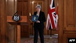 La Première ministre britannique Theresa May se prépare à faire une déclaration à 10 Downing Street à Londres, le 2 avril 2019.