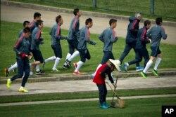 중국 축구선수들이 훈련에 앞서 몸을 풀고 있다. (자료사진)