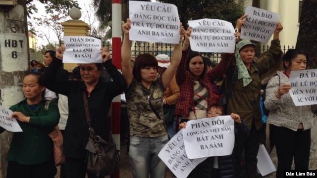 Các nhà hoạt động nhân quyền từ Hà Nội, Hải Phòng, Nha Trang, Sài Gòn, Đà Nẵng...tập trung gần khu vực tòa án, mặc áo in hình ông Vinh, hô các khẩu hiệu đòi tự do cho ông Vinh và bà Thúy.
