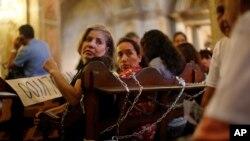 Mujeres se encadenaron a las bancas de la Catedral de Santiago en Chile para protestar por la idea de la Iglesia Católica de perdonar a los violadores de derechos humanos durante la dictadura de Augusto Pinochet.