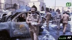 Gambar dari video ini diambil dari Saudi TV, menunjukkan mobil yang terbakar sementara para investigator mengumpulkan bukti, menyusul bom bunch diri di luar masjid Imam Hussein di kota pelabuhan Dammam, Arab Saudi, Jumat, 29 Mei 2015.