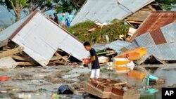 Seorang warga memeriksa kerusakan akibat gempa dan tsunami di Palu, Sulawesi Tengah, Indonesia, Sabtu, 29 September 2018. (Foto: dok).
