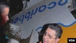 Pejabat Kuba, Miguel Acebo berbicara di dekat reruntuhan pesawat AeroCarribbean, di provinsi Santi Spritus.