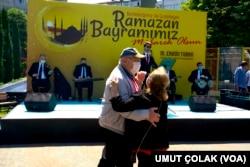 Warga İstanbul, Turki merayakan akhir Ramadan secara sederhana dan tetap menjaga jarak aman.