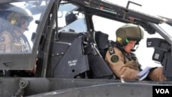 Pangeran Inggris, Harry, dalam pesawat helikopter tempur Apache di El Centro, California (8/2).