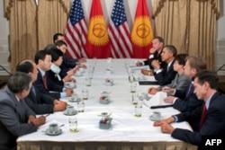 Bu yil oxiriga borib prezidentlik lavozimini Otamboyevga bo'shatadigan Roza Otunbayeva Amerika bilan yaqin aloqada bo'lib kelgan. Prezident Barak Obama bilan bir necha bor ko'rishgan. AQSh-Qirg'iziston muzokaralari, 2010, Nyu-York.
