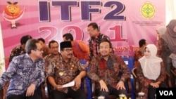 Menteri Pertanian Suswono (kedua dari kanan) bersama Gubernur Jatim Soekarwo (berkopiah) pada acara Indonesia Tropical Fruit Festival tahun 2011 di Surabaya (16/11).