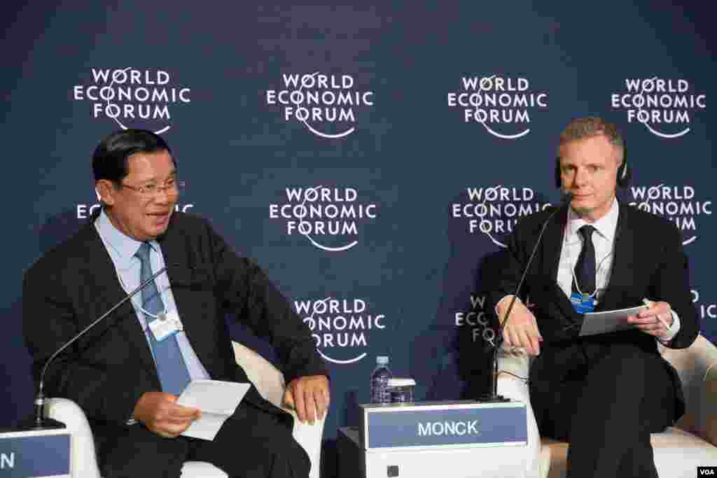 Cambodian Prime Minister Hun Sen talks to local and international media in a press conference in World Economic Forum on ASEAN, in Phnom Penh, May 11, 2017. (Khan Sokummono/VOA Khmer)