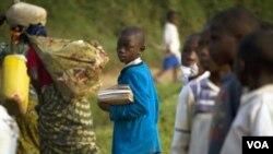 Một học sinh đi bộ đến trường gần trại tị nạn Kahe trong vùng đông bắc Cộng hòa Dân chủ Congo
