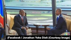 Le président sud-africain Cyril Ramaphosa discute avec Emmanuel Ramazani, candidat du président Joseph Kabila et du Front commun pour le Congo à la présidentielle, à Kinshasa, RDC, 10 août 2018. (Facebook/ Jonathan Yoka Dixit)