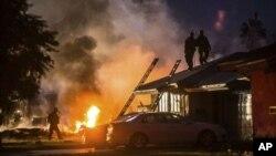 El accidente ocurrió en Riverside, en el sur del Estado, y provocó un enorme incendio. En el impacto del Cessna dos casas quedaron destruidas y otras sufrieron daños menores.