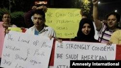 Activistas pakistaníes antibélicos en Lahore manifiestan en condena de ataques aéreos sauditas en Yemen.