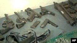 케냐 수도 나이로비에서 검거된 무장단체의 총기류. (자료사진)