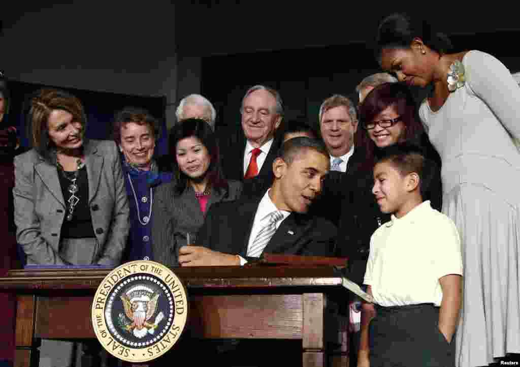 El presidente conversa con el hispano Luis Avelar-Turcios, de 8 años, en la escuela primaria Harriet Tubman en Washington, en diembre de 2010.