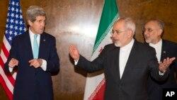លោករដ្ឋមន្ត្រីការបរទេសស.រ.អា. John Kerry (ឆ្វេង) និងលោករដ្ឋមន្ត្រីការបរទេសអ៊ីរ៉ង់ Mohammad Javad Zarif ក្នុងកិច្ចចរចាកម្មវិធីបរមាណូ នៅទីក្រុង Montreux នៃប្រទេសស្វីស កាលពីថ្ងៃទី២ ខែមីនា ឆ្នាំ២០១៥។