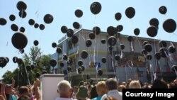 """U Prijedoru pročitana imena osoba koje još nisu pronađene i puštanjem balona sa natpisom """"Gdje su?"""" (Fotografija preuzeta sa FB stranice Udruženje Prijedorčanki Izvor)"""