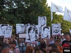 被關押在監獄中的5月6日示威者的畫像。2012年7月的莫斯科反政府示威。(美國之 音白樺拍攝)
