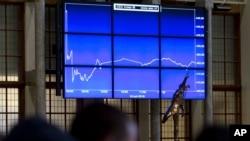 Grafik yang menunjukkan penurunan tajam indeks saham Belanda (AEX) menyusul keputusan Inggris untuk keluar dari Uni Eropa, di Amsterdam, Belanda (24/6). (AP/Peter Dejong)