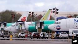 Aviones Boeing 737 Max están estacionados en el aeropuerto adyacente a una planta de producción de Boeing Co. en Renton, Washington.