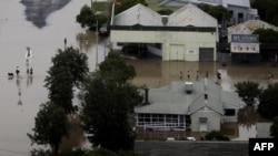 Cư dân lội qua nước lụt tại thị trấn Moree, tại khu vực Tây Bắc bang New South Wales, ngày 3/2/2012