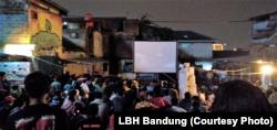 "Seratus lebih warga mengikuti pemutaran film ""Sexy Killers"" di Bandung, Rabu, 10 April 2019. Foto: LBH Bandung)"