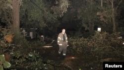 Árboles y cables eléctricos derribados en Mobile, Alabama, donde un tornado dejó a la zona sin electricidad el día de Navidad.