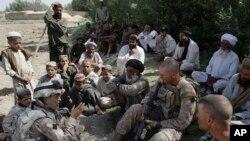 امریکی فوجی 53 سالہ ایک افغان مترجم جوش حبیب کی مدد سے دیہاتیوں سے بات چیت کر رہے ہیں۔ فائل فوٹو