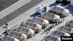گزشتہ دو ماہ کے دوران والدین سے الگ کیے جانے والے بچوں کی تعداد 2300 تک پہنچ گئی تھی جنہیں میکسیکو کی سرحد پر قائم کیے جانے والے ایک عارضی کیمپ میں رکھا گیا ہے۔
