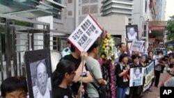 """香港支持中国民主的组织""""天安门母亲运动""""9月6日在中联办前示"""
