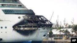 La foto muestra el daño exterior ocasionado por el fuego en la parte de la popa del Grandeur of the Seas.