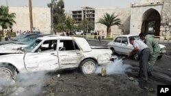 Sirijci gase požar na automobilima izazvan eksplozijom bombe u Damasku