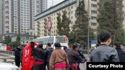 传到网络的照片显示十余名藏人2015年1月28日在成都锦江宾馆外抗议强行征地。(图片来自六四天网)