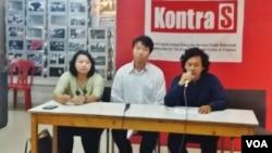Koalisi Masyarakat Sipil mengadakan jumpa pers di kantor Kontras, Jakarta, Rabu (9/5), Wakil Koordinator Bidang Advokasi Kontras Puteri Kanisia (kiri) menjelaskan sejumlah rekomendasi dari konferensi nasional '20 Tahun Reformasi'. (VOA/Fathiyah).